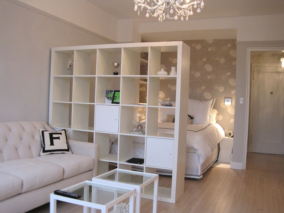 Интерьер студии предполагает деление площади квартиры на несколько частей при помощи различных дизайнерских приёмов