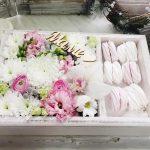 Фото 81: Коробочка с цветами и сладостями в подарок