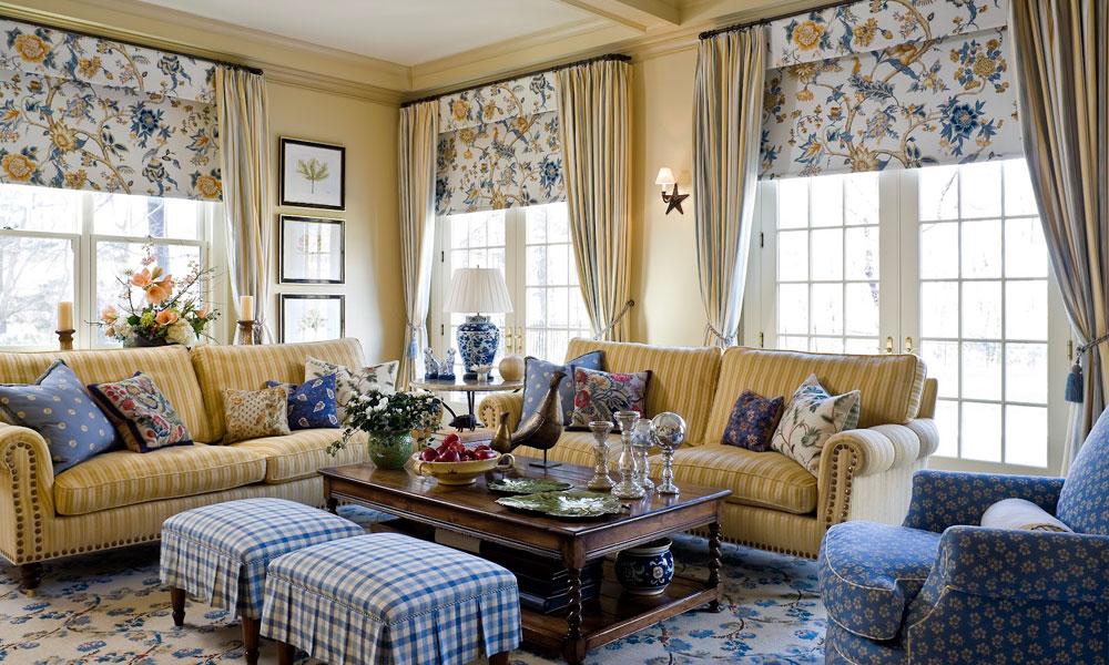 Римские шторы с цветами в гостиной