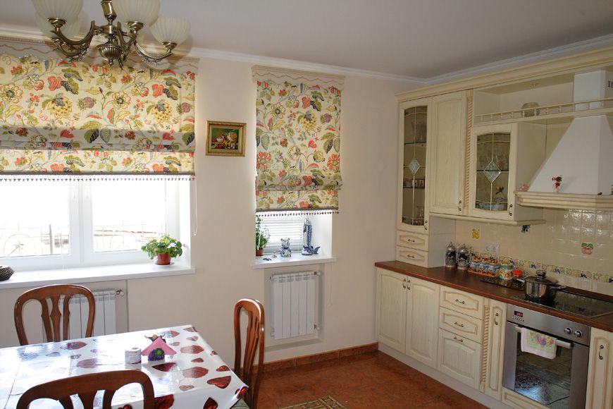 Цветочные римские шторы на кухне