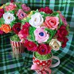 Фото 37: Топиарии с чашками из цветов с конфетами