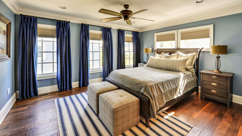 Акцент на шторах в спальне