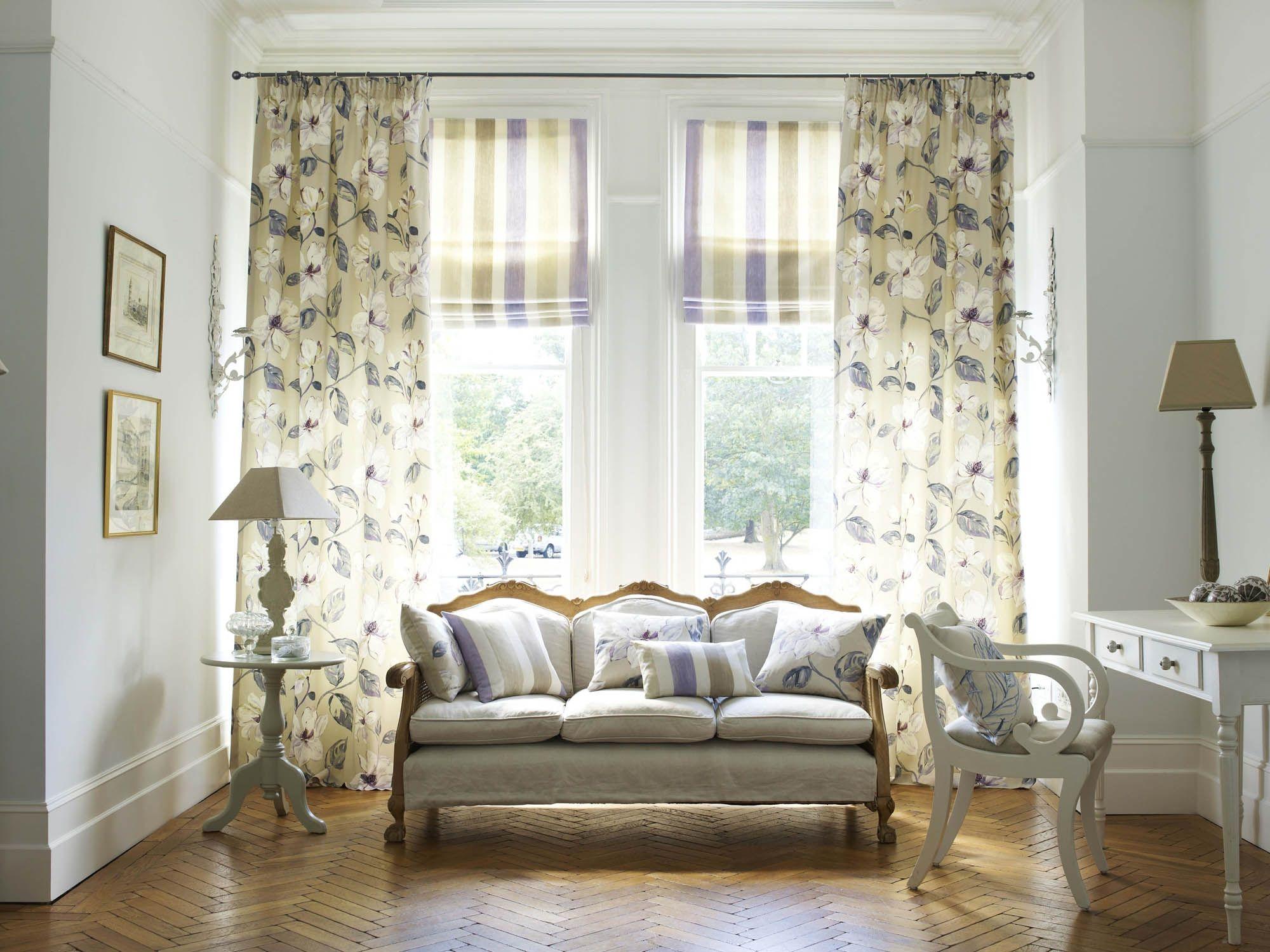 Сочетание римских и классических штор в гостиной