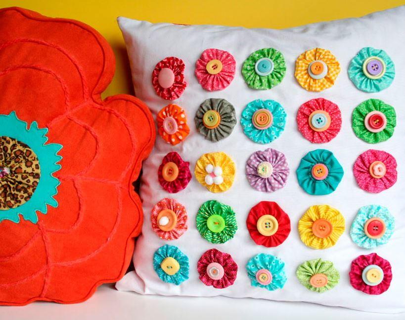 Украшение подушки цветами и пуговицами