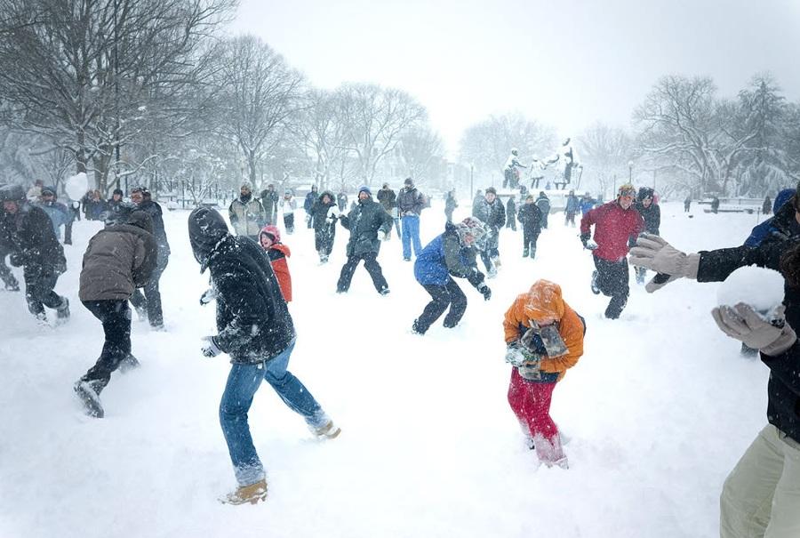 Игра в снежки на День Защитника Отечества