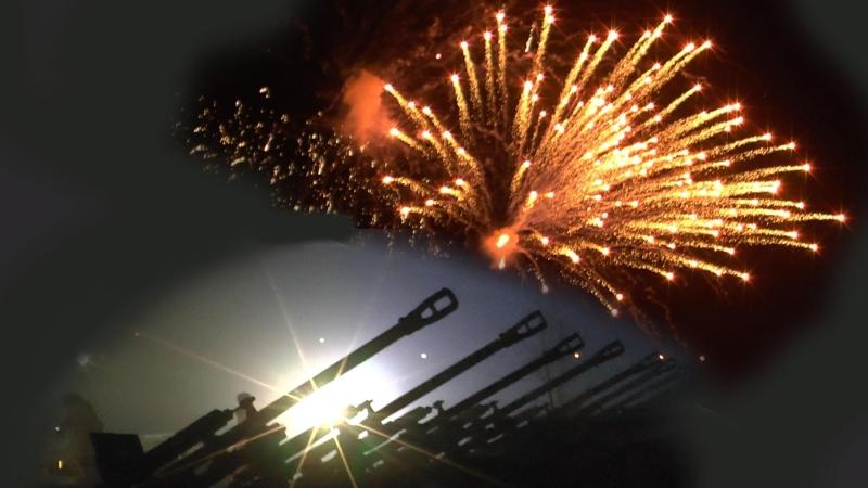 Традиционно фейерверки запускаются в 21:00 по местному времени
