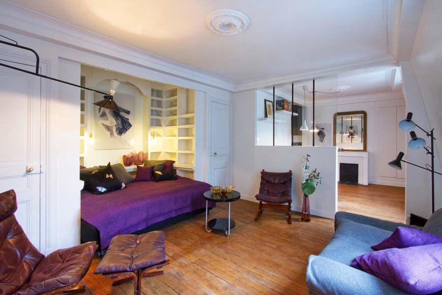 Вариант с постелью в нише поможет сэкономить место и придаст комнате уют