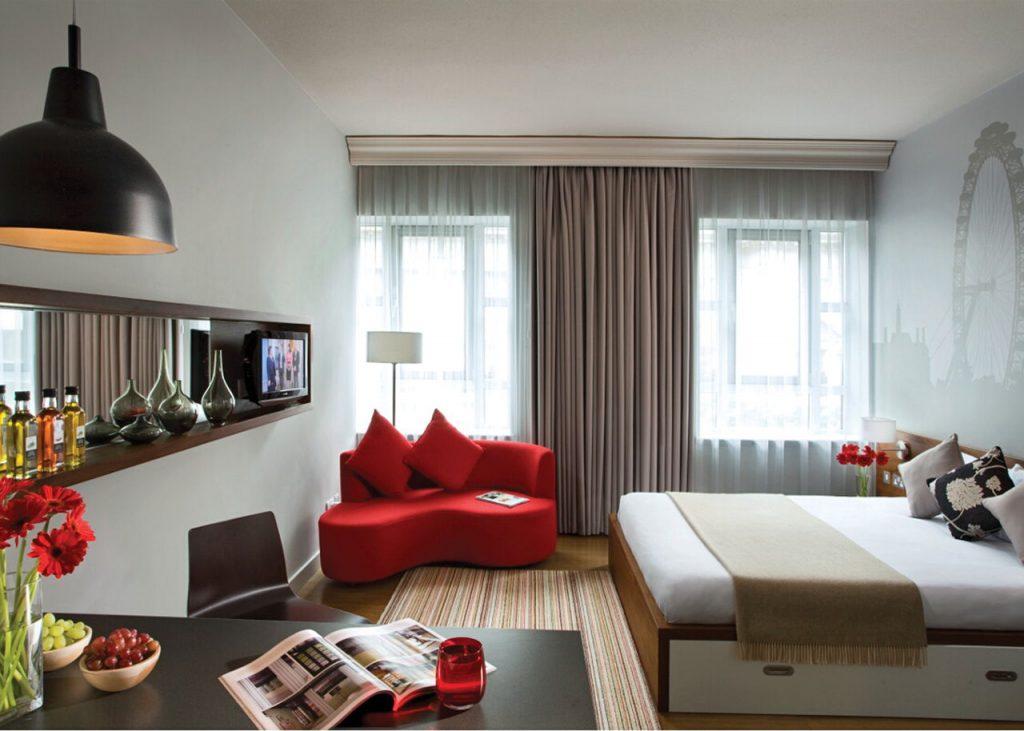 Цвет отдельных предметов мебели может сочетаться с небольшими деталями интерьера