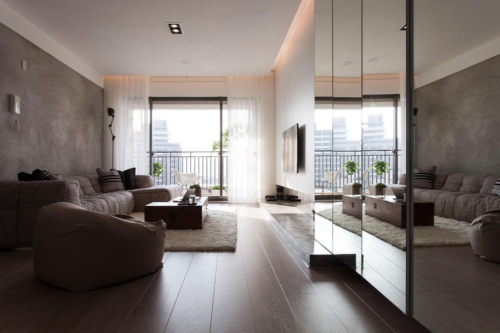 Даже совсем небольшие комнаты можно зрительно расширить с помощью зеркал