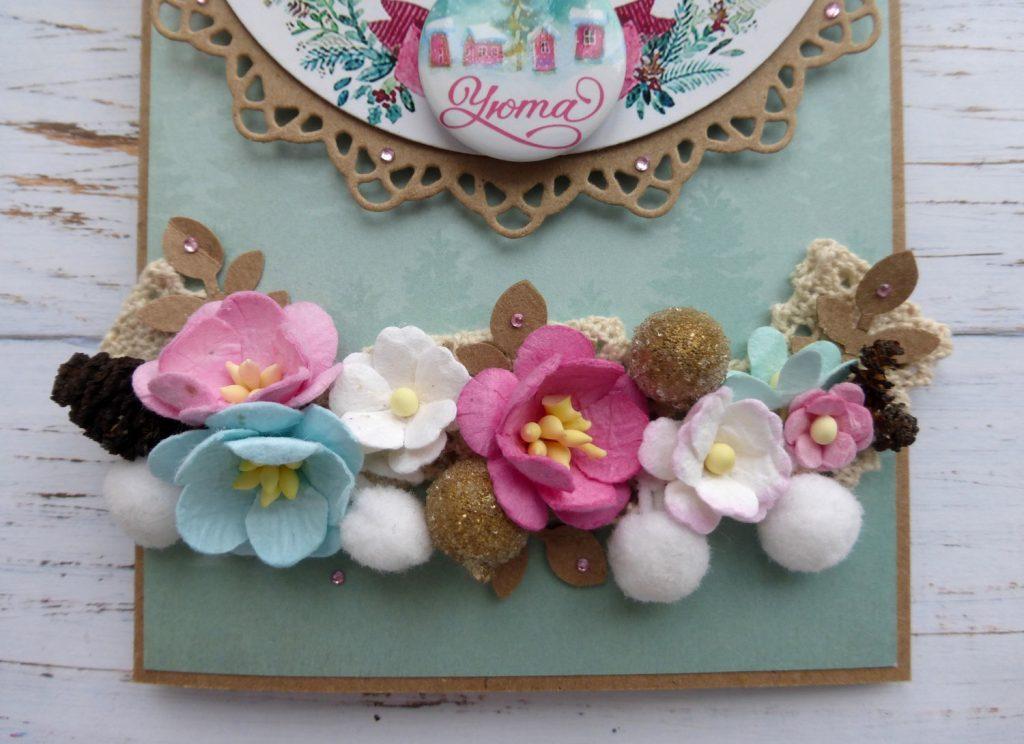 Открытка с цветами и помпонами