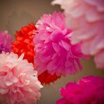 Фото 10: Украшение зала цветочными гирляндами из гофробумаги