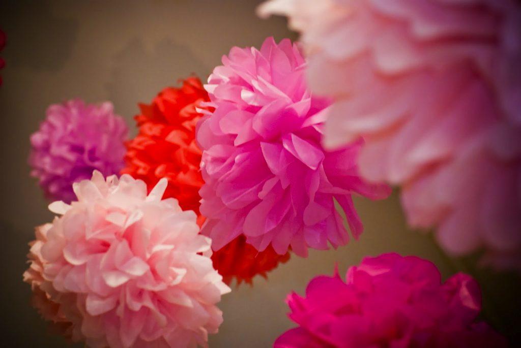 Украшение зала цветочными гирляндами из гофробумаги