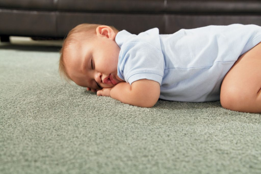 С полугода малыш начинает самостоятельно передвигаться, поэтому стоит позаботиться о приобретении безопасного и практичного коврового покрытия