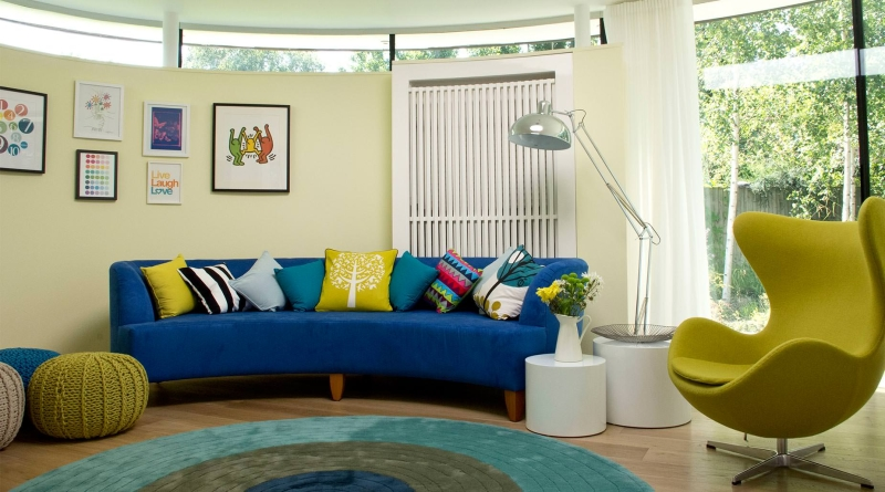 Можно выбрать ковер на пол в гостиную, повторяющий форму дивана или другой мебели