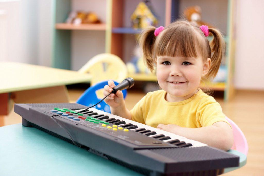Обычно выбор песни для поздравления зависит от возраста участников праздника