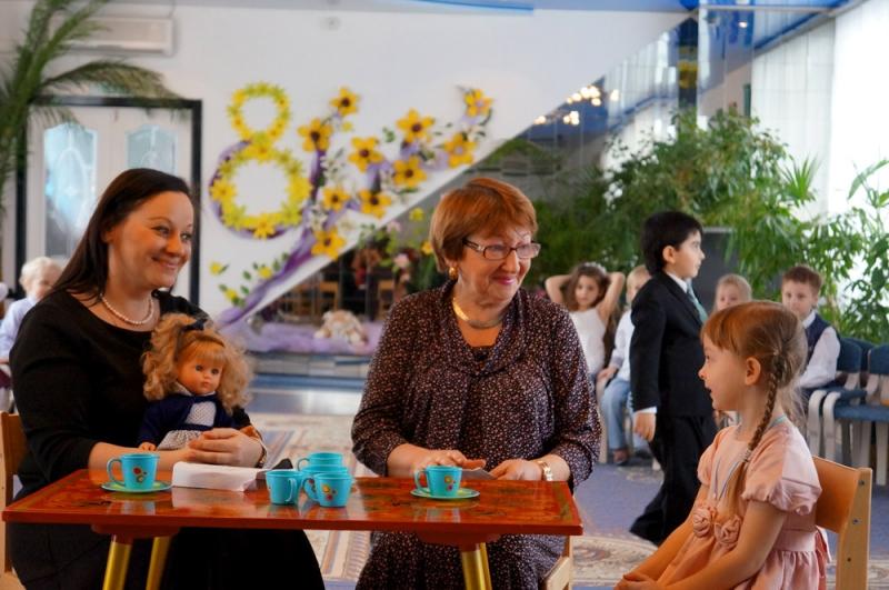 В школе или садике всегда организовывается праздничная программа в честь 8 Марта, на которую приглашаются мамы