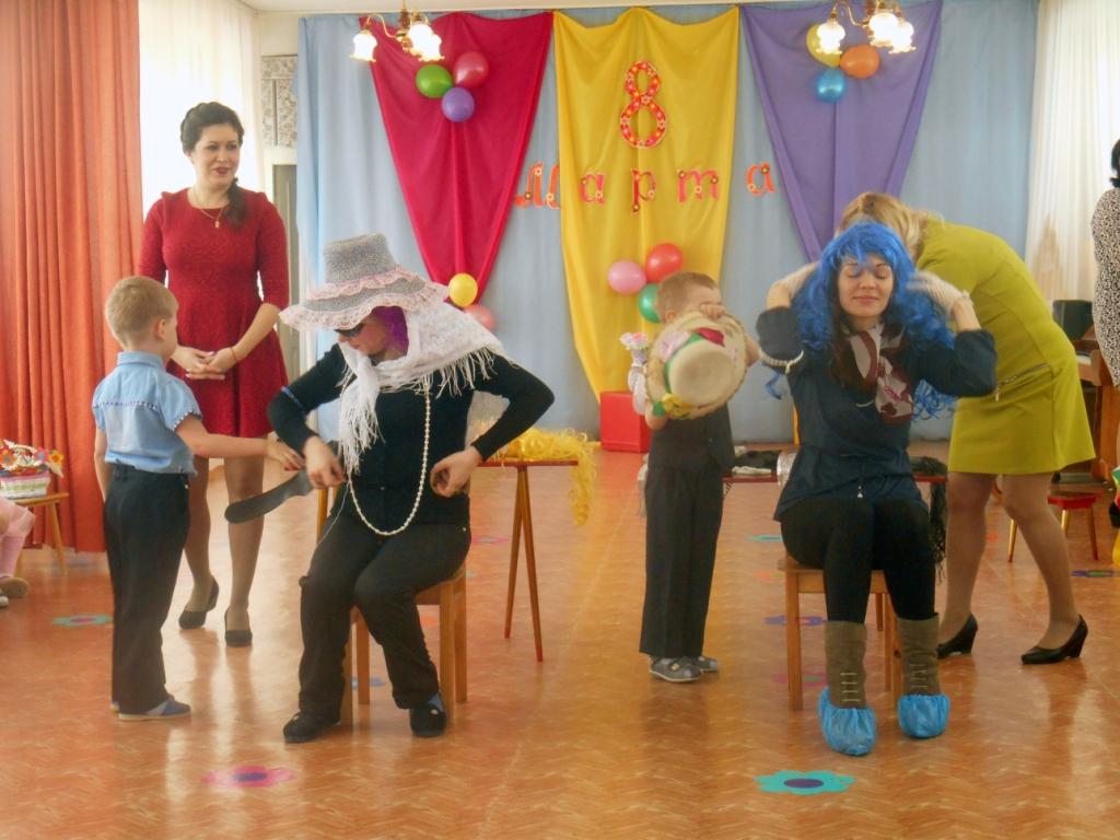 Иногда программа празднования 8 Марта разрабатывается таким образом, что мамы привлекаются к участию в различных сценках и постановках