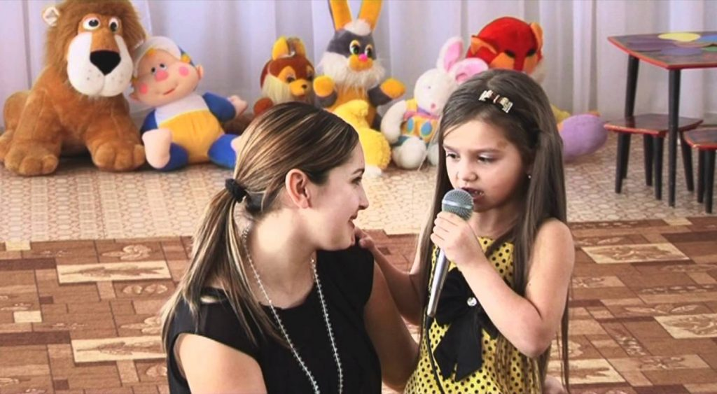 Часто дети исполняют песни вместе со своими родителями