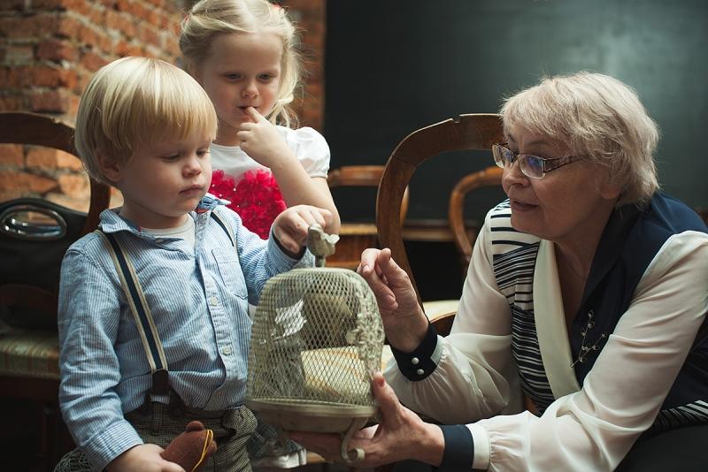 Стоит нарушить привычный ритуал и устроить на 8 марта с бабушками игры