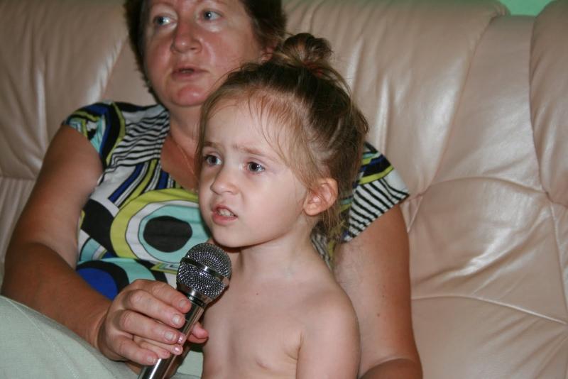 Караоке – один из любимейших конкурсов всех бабушек
