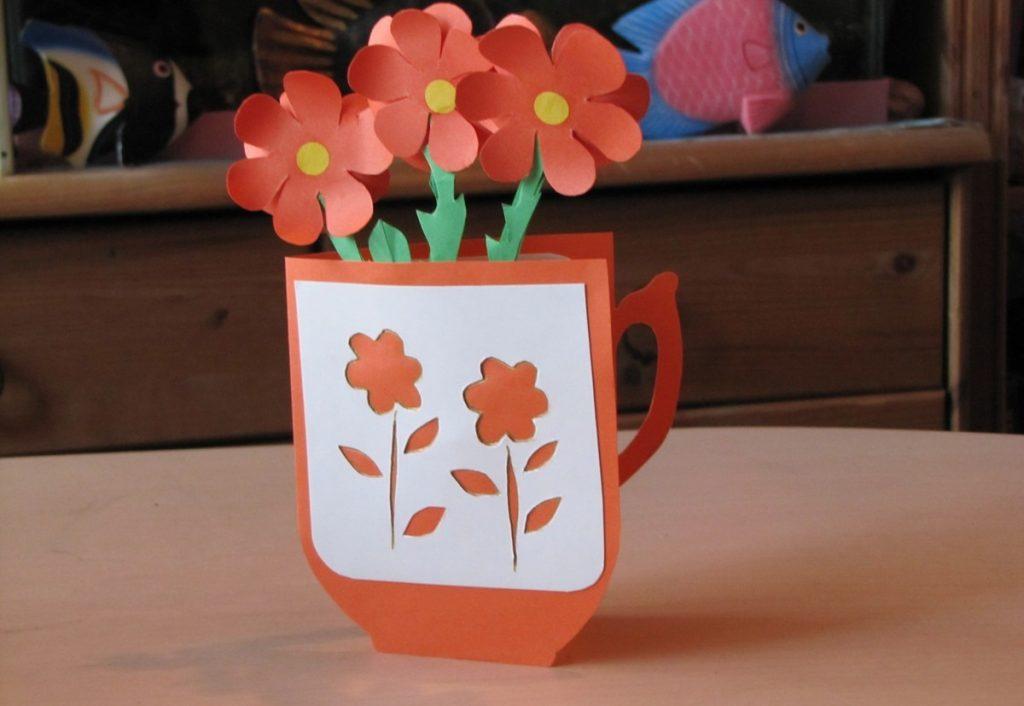 Стихотворение бабушке на 8 марта можно написать на самодельной открытке и подарить в праздничный день
