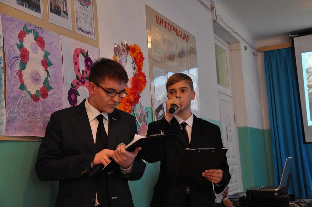 Мальчики тоже могут принимать участие в праздничной программе 8 Марта, став, например, ведущими