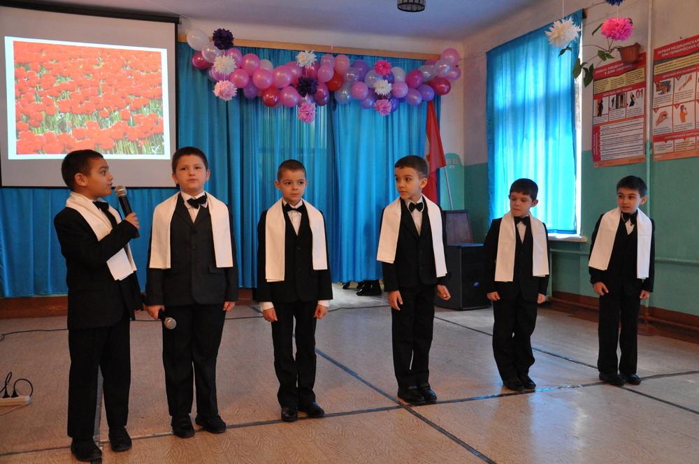 Для мальчиков подойдет конкурс на лучшее поздравление к 8 Марта, в котором они озвучат свои поздравления одноклассницам, мамам, учителям, бабушкам, сестрам