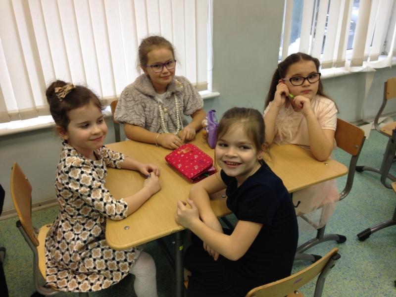 В конкурсах для девочек на 8 Марта могут принимать участие как одна участница, так и команда