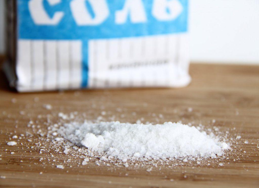 Соль - простое и действенное средство в борьбе с загрязнениями на серебре
