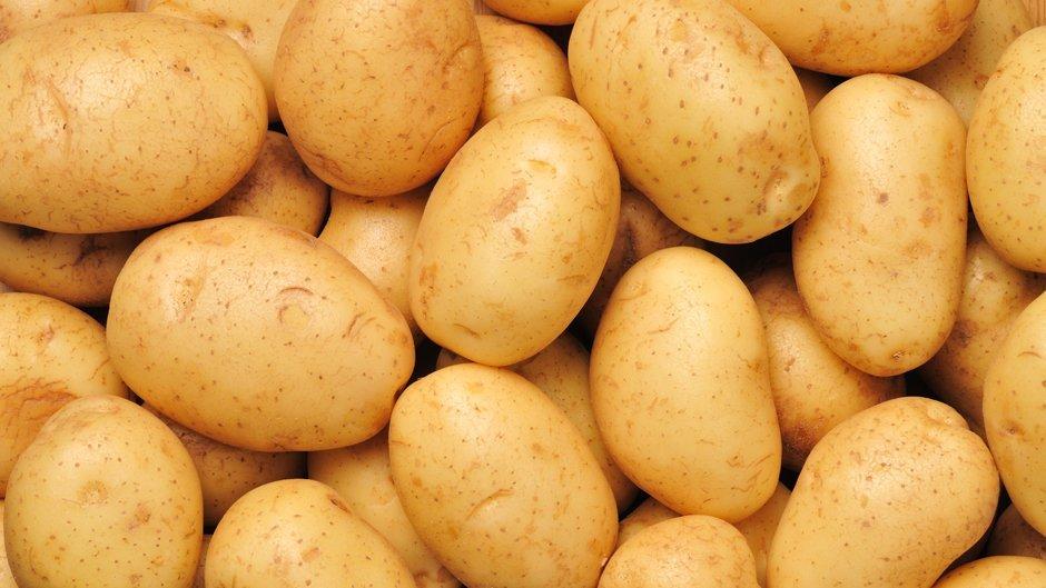 Входящий в состав картофеля крахмал способен эффективно очистить серебро