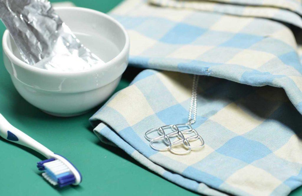 Какой бы способ чистки серебра вы не выбрали, делать это нужно очень аккуратно