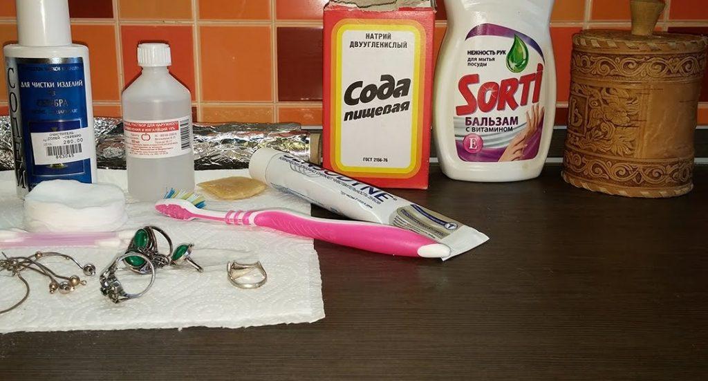 Существует достаточно много способов чистки серебра недорогими и доступными средствами, которые найдутся в любой квартире