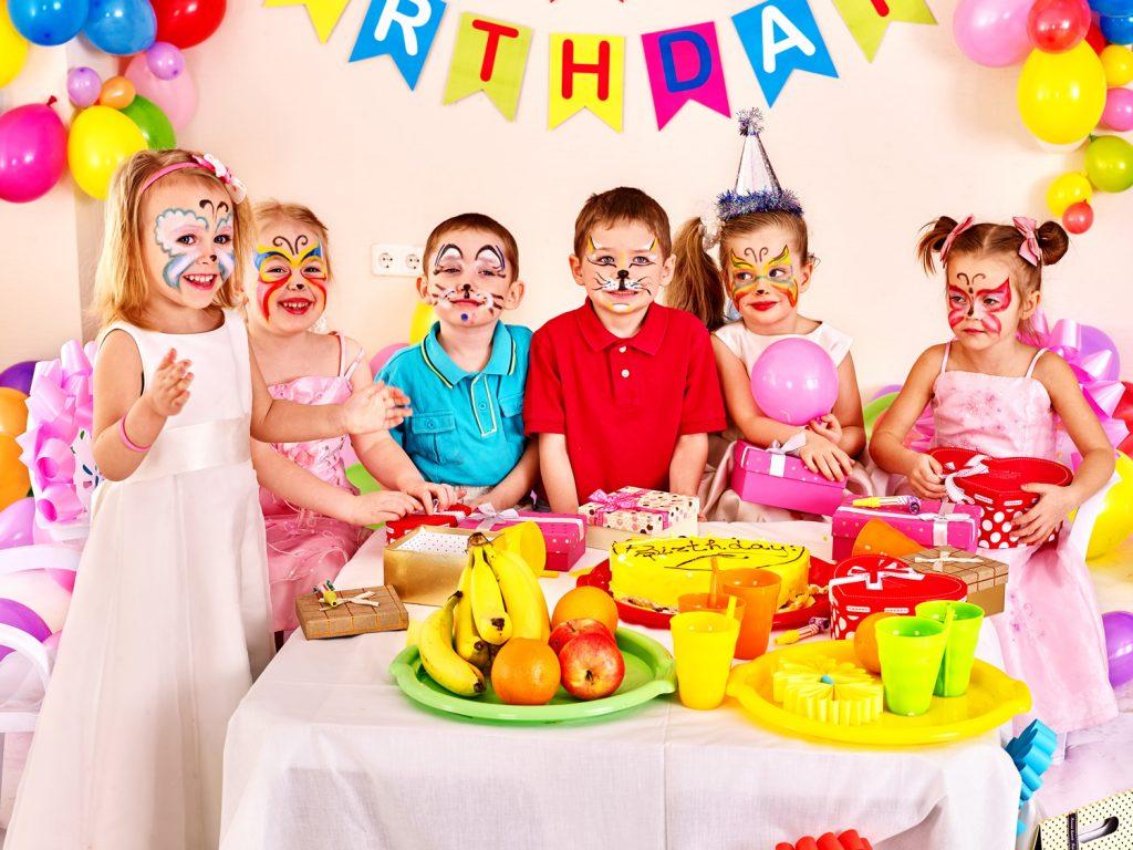 Фрукты и сладости для детей