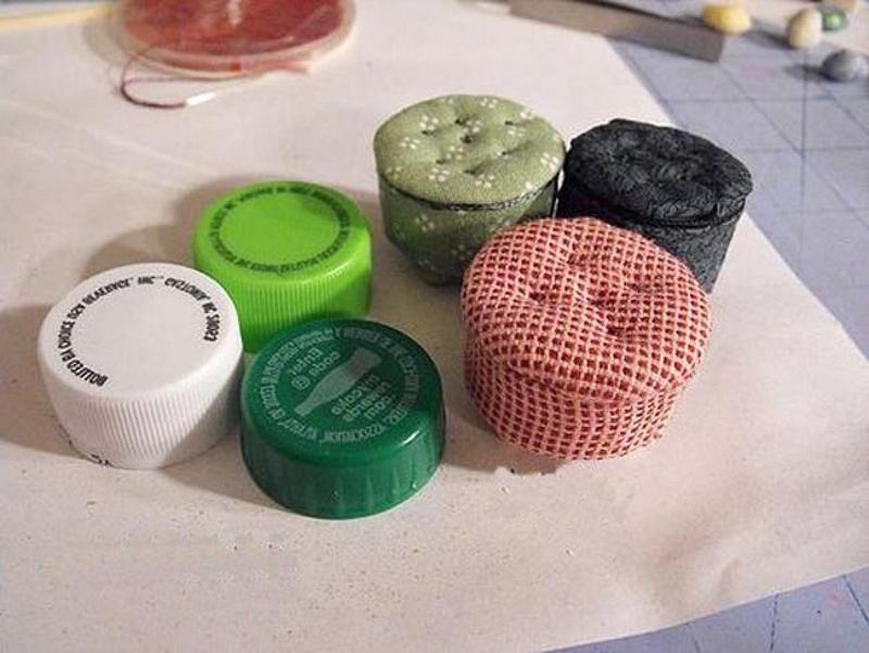 Пуфики для кукол из пластиковых пробок