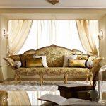Фото 6: Классические диванные подушки с золотым отливом