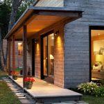 Фото 40: Крыльцо деревянного дома расположено вдоль стены