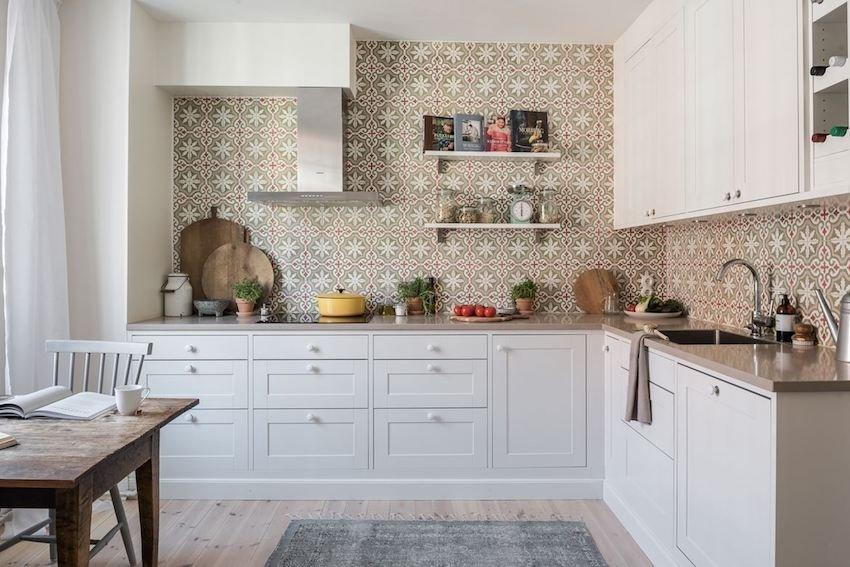 Пол и стены кухни отделаны одинаковой плиткой