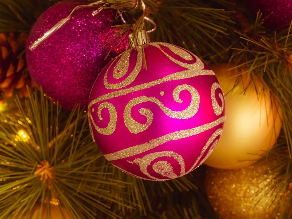 Розовый шарик с узорами