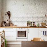 Фото 111: Светлые кирпичные стены на кухне