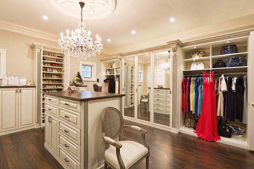 Уютный дизайн гардеробной комнаты