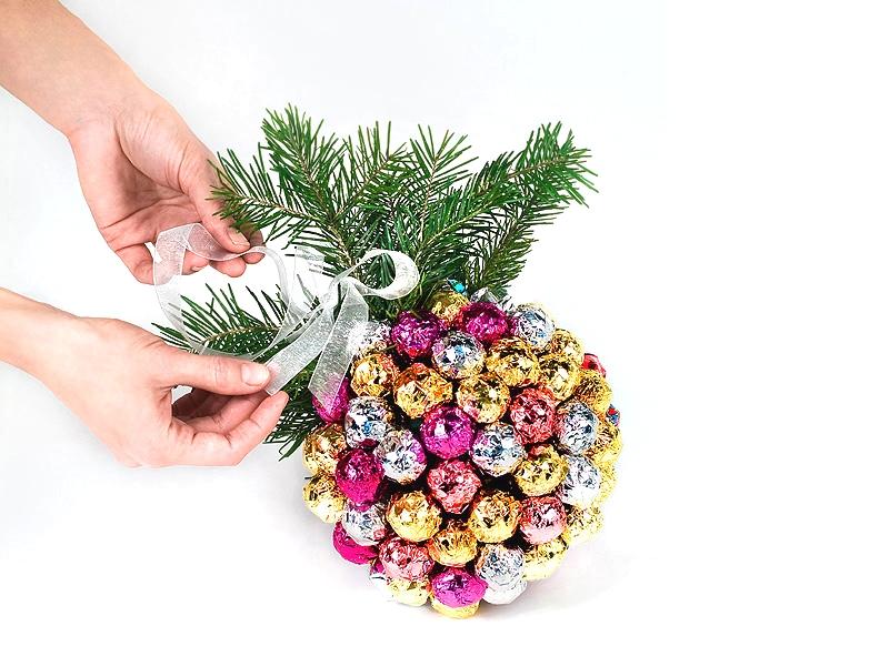 Новогодний букет-шар из конфет