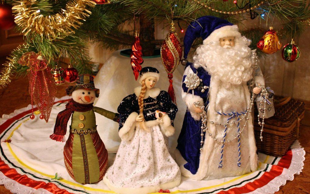 Фигурки Деда Мороза и снегурочки под ёлку