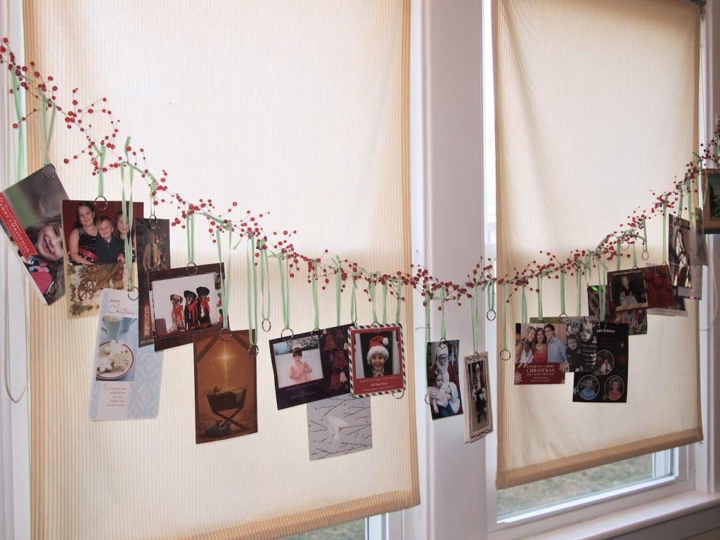 Гирлянда из новогодних открыток на окно
