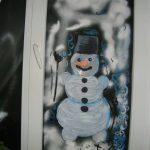 Фото 19: Рисунок снеговика на окне