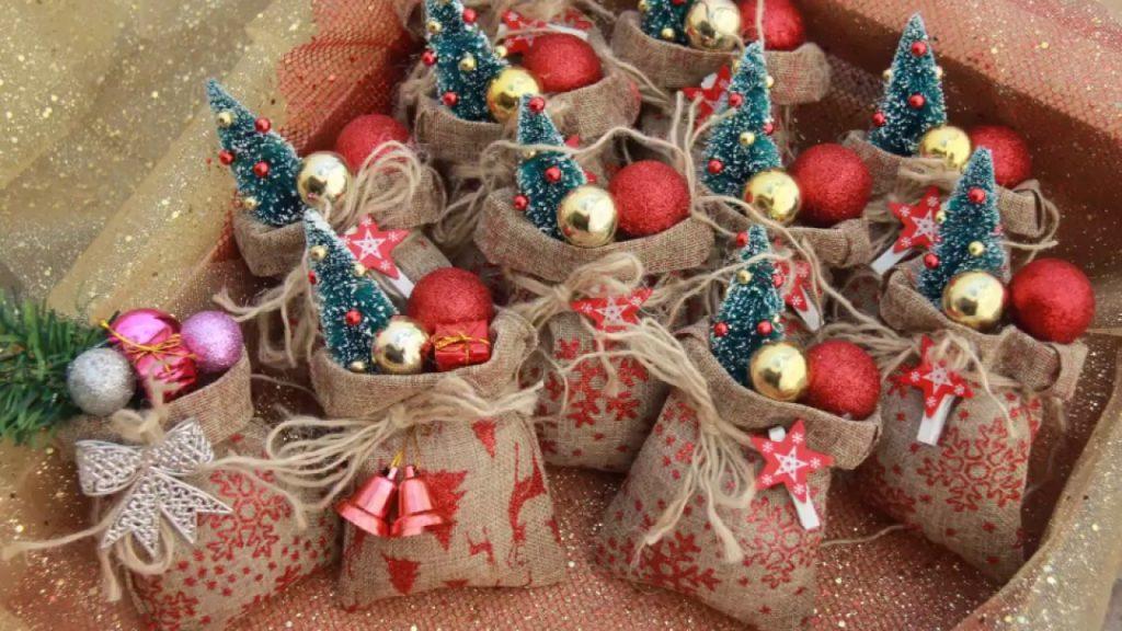 Украшение мешочка с конфетами