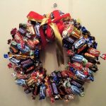 Фото 16: Венок из шоколадных конфет