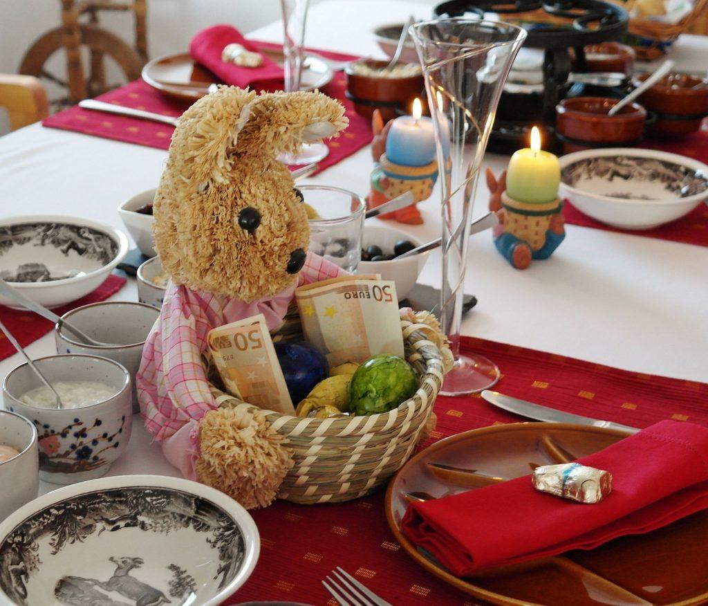 Корзинка с яйцами на Пасху к столу