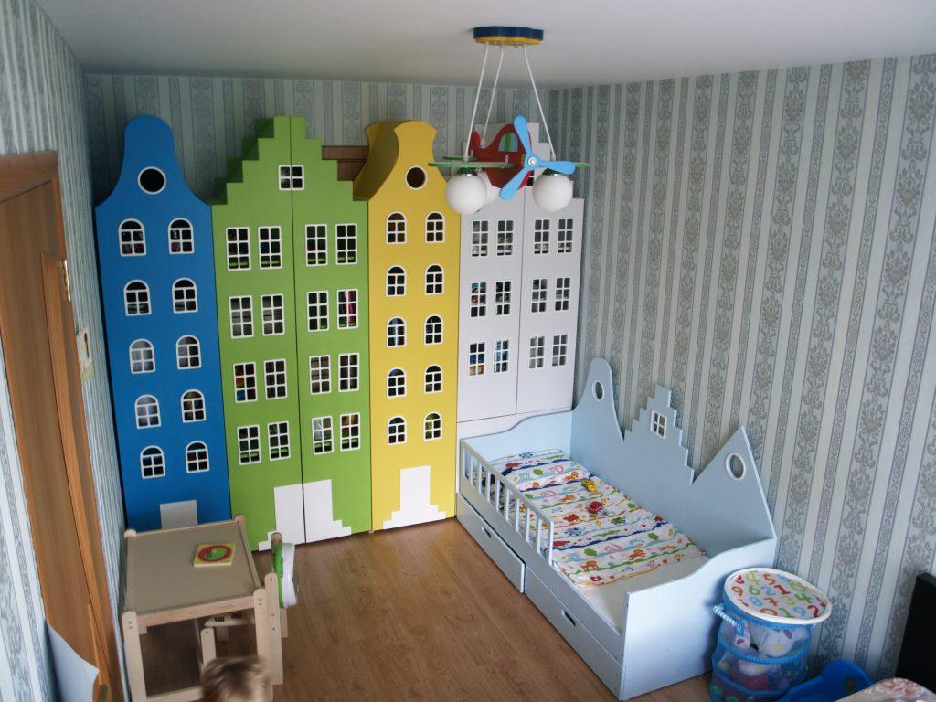 Шкафчики в детской в виде домиков