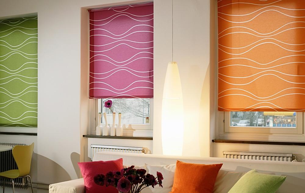 Рулонные шторы цветные в гостиной