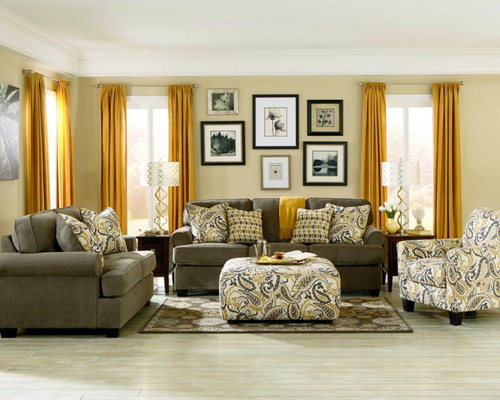 Шторы золотистого цвета в гостиной